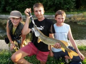 vincent et léquipe 300x225 Camp pêche ados des carnassiers